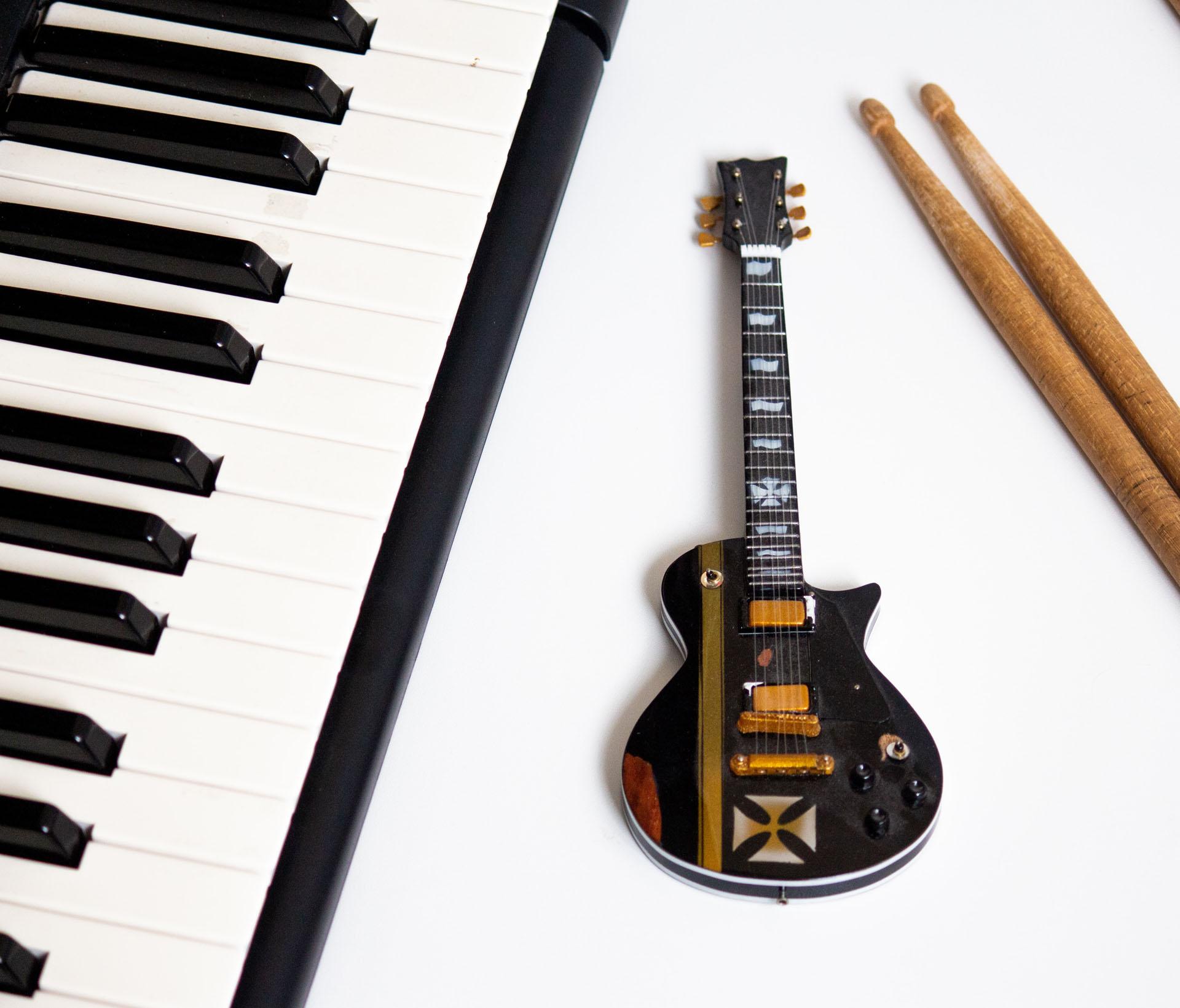 Bild på gitarr och piano